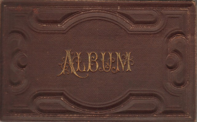 Poesie - Album mit vielen farbigen eingeklebten Bildern um 1880.