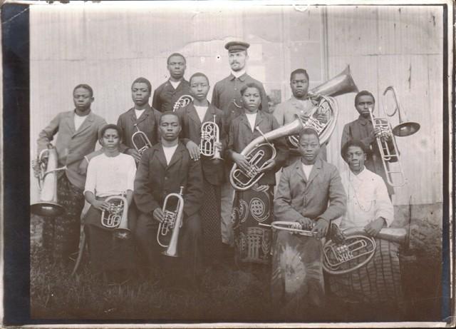 Alte Fotographie aus Kamerun: Eingeborenen-Band mit Blasinstrumenten.