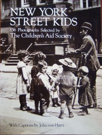 New York Street Kids. 136 Photographs selected by The Children´s Aid Society. With Captions by John von Hartz.