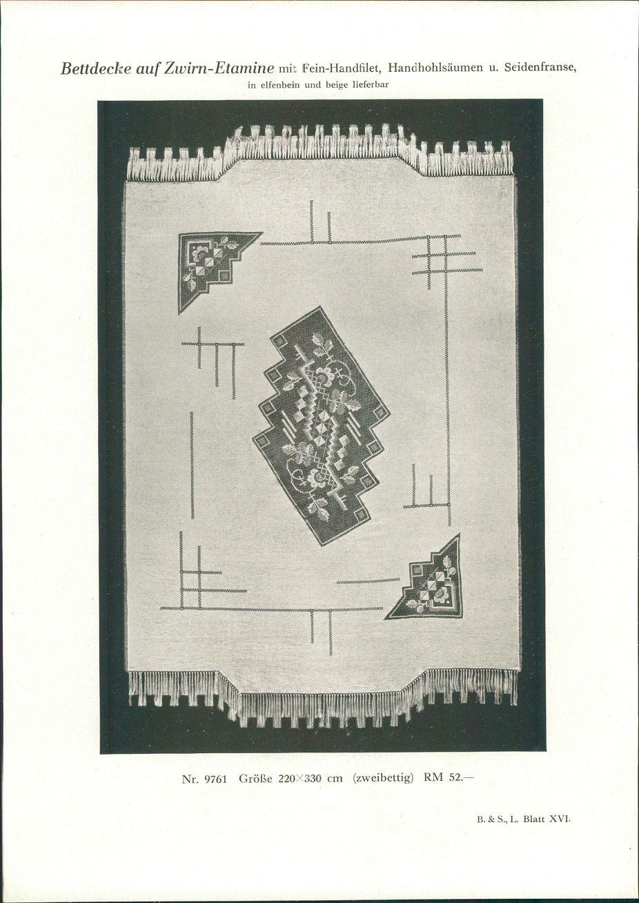 1928 - Druck nach Photographie: Bettdecke auf Zwirn-Etamine mit Feinhandfilet, Handhohlsäumen u. Seidenfranse. In elfenbein und beige lieferbar. Nr. 9761: Größe 220x330 cm (zweibettig) RM 52.-. B. & S. L. Blatt XVI.