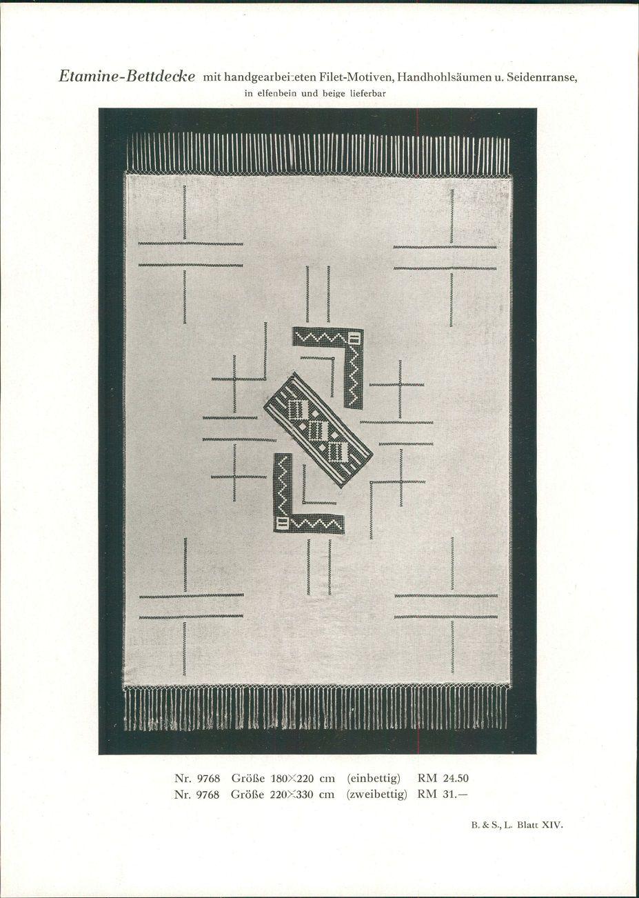 1928 - Druck nach Photographie: Bettdecke mit handgearbeiteten Filet-Motiven, Handhohlsäumen u. Seidenfranse. In elfenbein und beige lieferbar. Nr. 9768: Größe 180x220 cm (einbettig) RM 24.50. Nr. 9768: Größe 220x330 cm (zweibettig) RM 31.- B. & S. L. Blatt XIV.