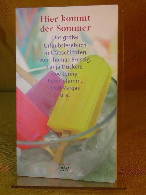 Hier kommt der Sommer : das große Urlaubslesebuch. mit Geschichten von ... Ausgew. von Gunnar Cynybulk und Meike Herrmann, Aufbau-Taschenbücher 1. Aufl.