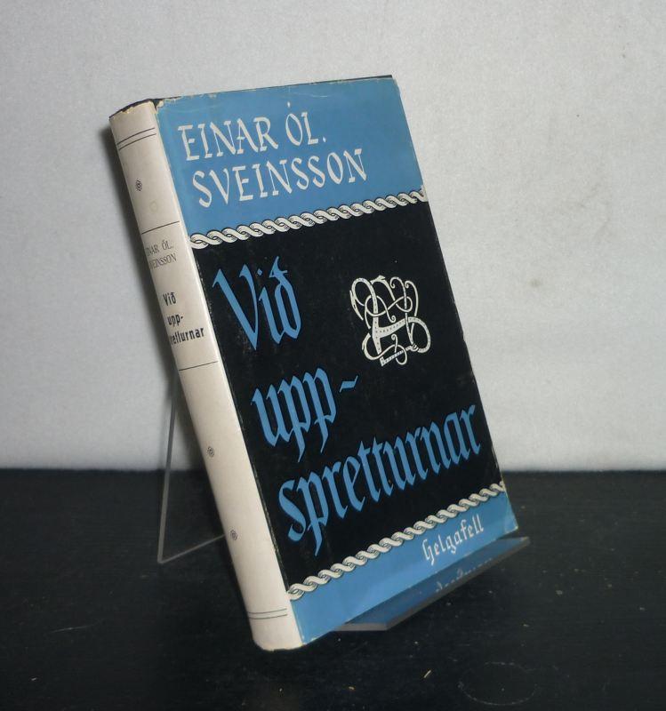 Sveinsson, Einar Ol.: Vid uppspretturnar. Greinasafn. [By Einar Ól. Sveinsson].
