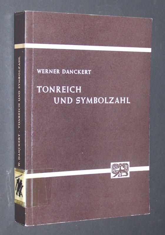 Tonreich und Symbolzahl in Hochkulturen und in der Primitivenwelt, von Werner Danckert. (= Abhandlungen zur Kunst-, Musik- und Literaturwissenschaft, Band 35).