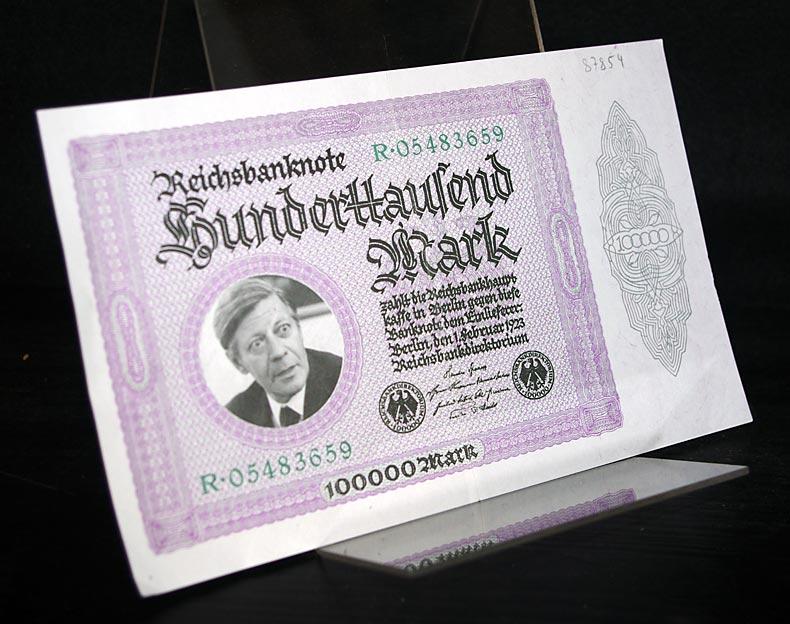 """Reichsbanknote Hundertausend [100.000] Mark. [""""Banknote"""" mit Porträt Helmut Schmidts aus der Zeitschrift """"MUT""""]."""