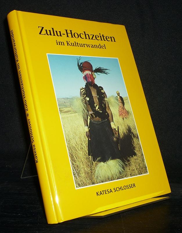 Zulu-Hochzeiten im Kulturwandel. Photographien von Hochzeiten auf dem Cezaberg im Herzen des Zululandes und von den Kralen prominenter Hochzeitsgäste. [Von Katesa Schlosser].