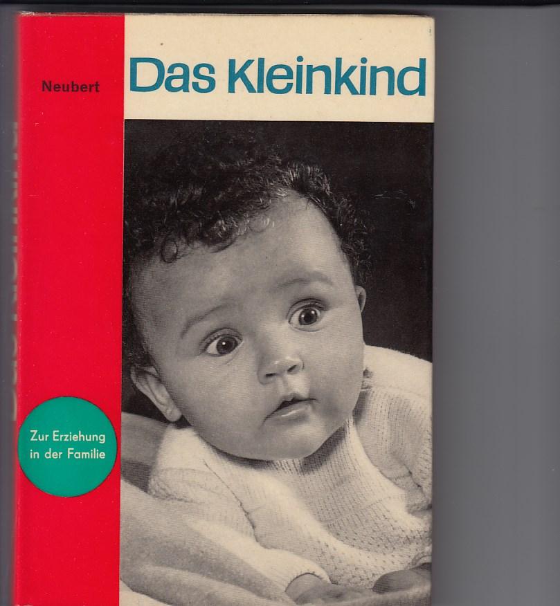 """Das Kleinkind. Reihe: """"Zur Erziehung in der Familie"""". Illustrationen von Karl Schrader. Fotos von Heinz Krüger."""