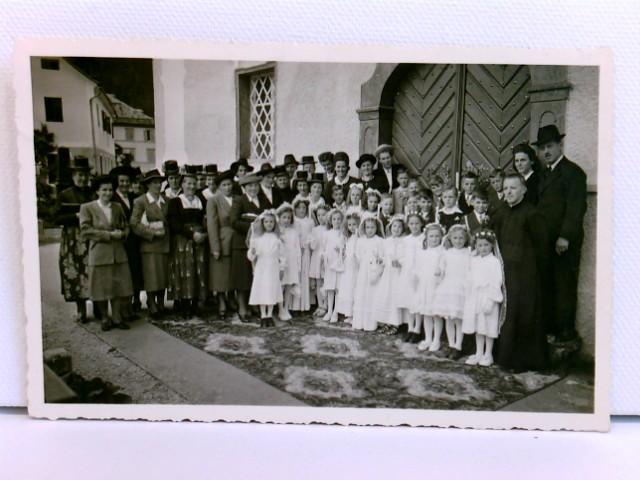 Privatfoto / AK St. Johann in Tirol, Gruppe Kommunionkinder mit Erwachsenen vor der Kirche; ca. 1930/40