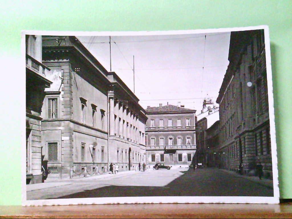 AK Milano / Italien, Piazza Belgioioso, alter PKW, Personen.