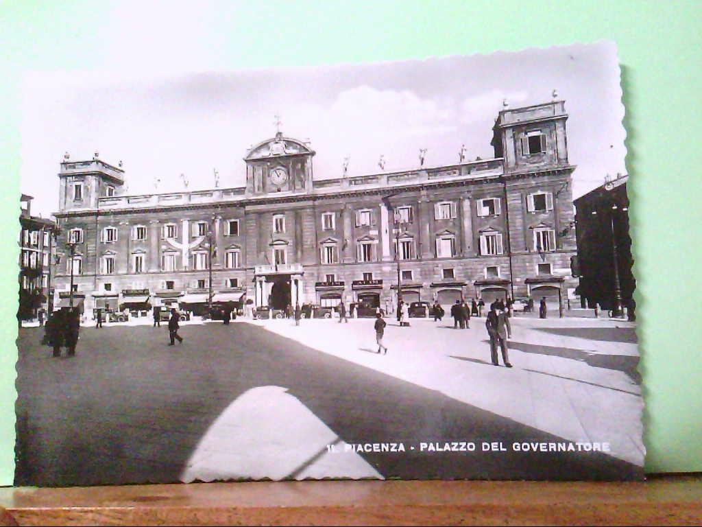 AK Piacenza / Italien, Palazzo del Governatore, alte PKW's, Personen.