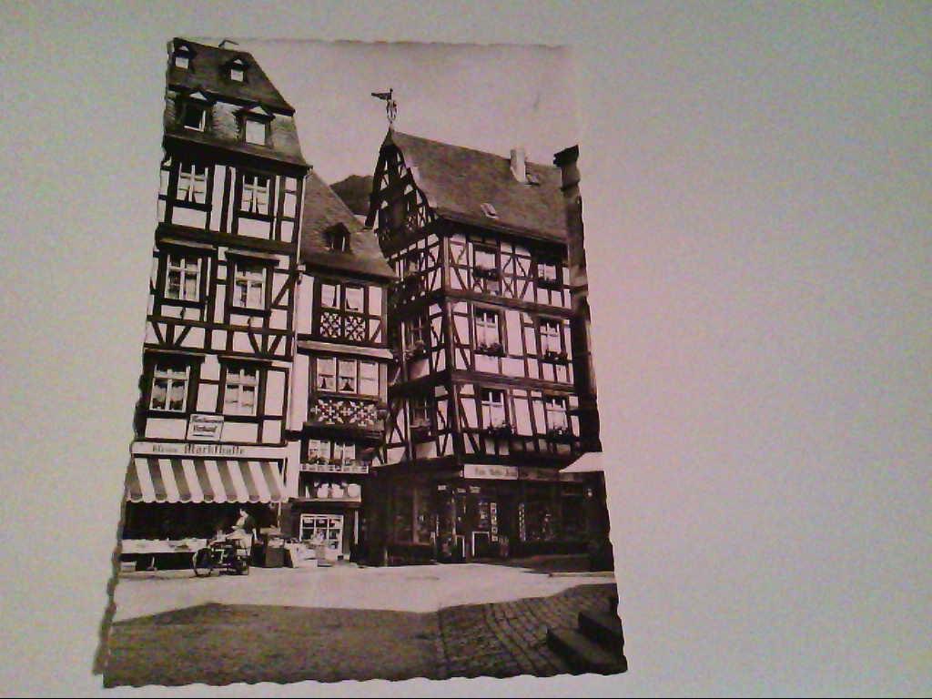 AK. Bernkastel an der Mosel. Partie am Marktplatz. Fachwerkhäuser. Alte Geschäfte.