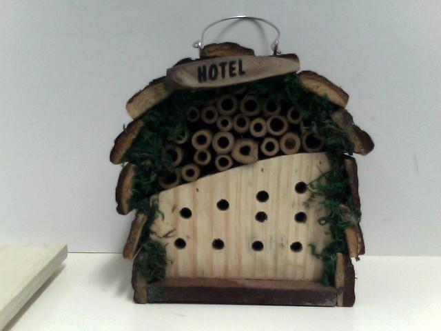 Insektenhotel für Bienen und Marienkäfer