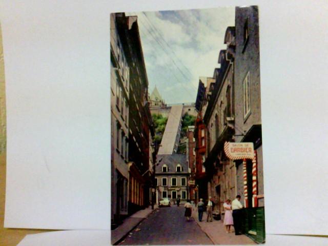 AK Quebec, Canada. A typical street in Historic Quebec City. Straßenpartie, Gebäude, Passanten, Auto