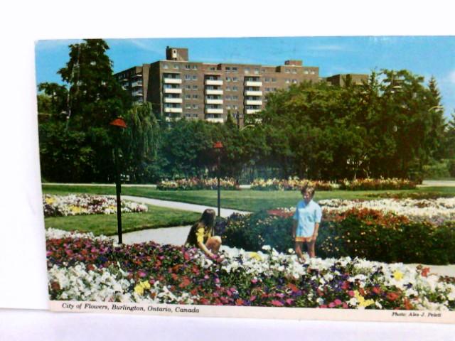 AK City of Flowers, Burlington, Ontario, Canada. Gebäudeansicht, Parkanlage, Blumenmeer, Personen