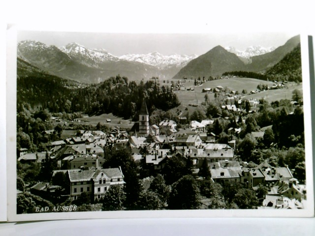 AK Bad Aussee. Gegen Höllengebirge. Ortsansicht mit Kirche, Panoramablick ins Tal, Bergkulisse, Gebirge, Oesterreich