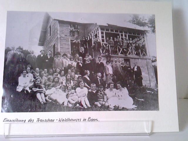 2 Fotos vom Trenschar-Waldhaus in Born - Einweihung + Handwerker beim Aufbau
