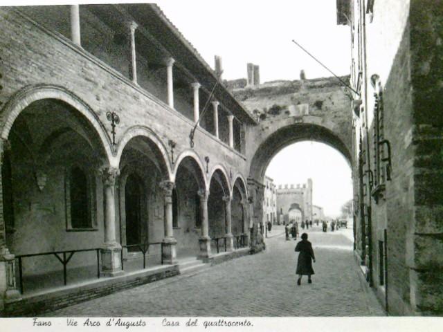 Marken - Italien - Fano. AK s/w. Fano Arco d´Augusto - Cas del quattrocento. Gebäudeansicht, Arcarden, Personen