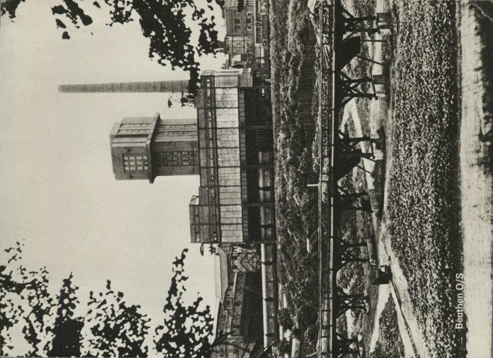 Beuthen O/S. Die Hohenzollerngrube mit dem modernsten Schachtturm Oberschlesien. Foto Löhrich. AK s/w ( Repro?). Fabrikanlage, Schornstein