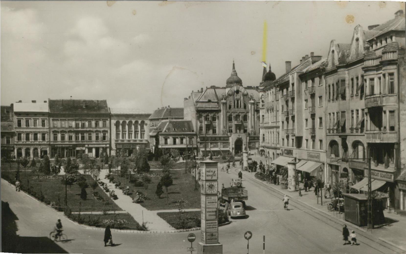 Szombathely. Köztársaság tér. Alte AK s/w. Partie am Platz, Litfaßsäule, Auto, Geschäfte, Passanten, Ungarn