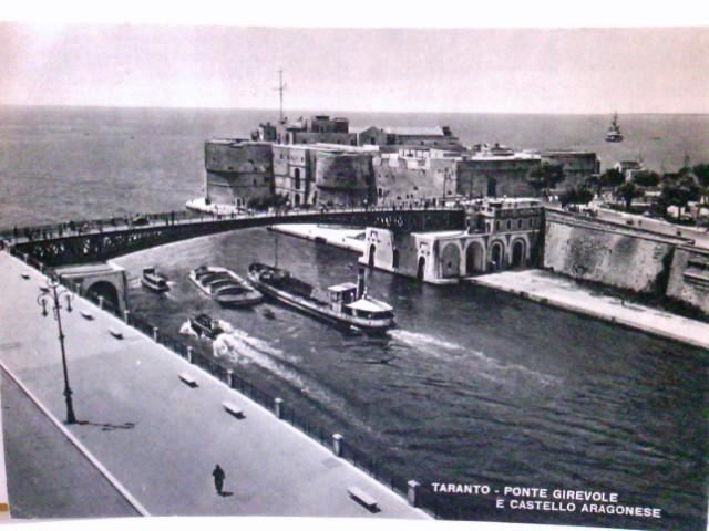 Taranto / Tornt / Apulien / Italien. Ponte Girevole e Castello Aragonese. Alte AK s/w. Burg / Schloß, Brücke, Schiffe, Personen