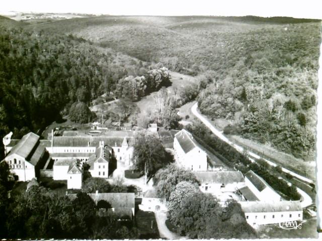 Fontenay / Cóte-d´Or / Burgund  /Frankreich. Abbaye de Fontenay dans son cadre de verdure - Vue aérienne. AK s/w. Seltene AK s/w. Panoramablick über Abtei, Straße und Landschaft, Ziesterzienserkloster