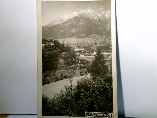 Innsbruck in Österreich. Alte AK s/w. Blick über den Ort im Tal, Gebirgspanorama