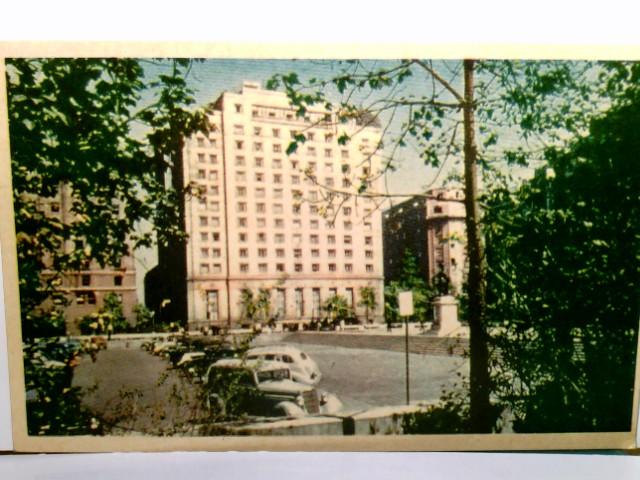 Santiago de Chile. Plaza Constitutión - Hotel Carrera. Alte AK farbig. Gebädeansicht, Parkplatz mit Autos, Südamerika