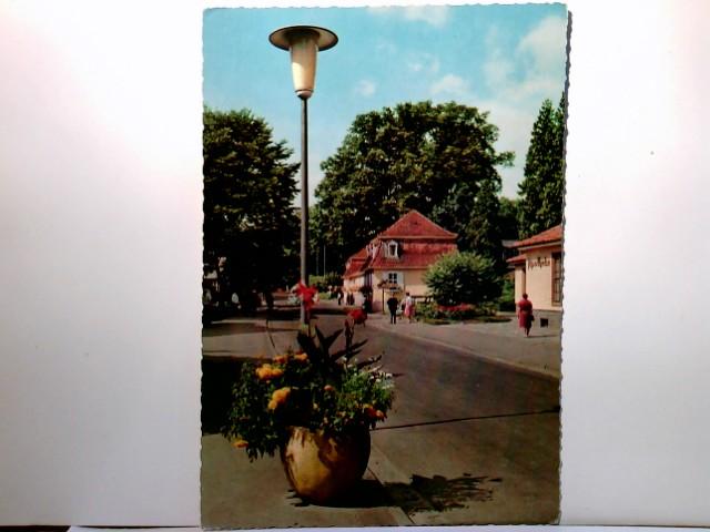 Hessisches Staatsbad Salzhausen (Bad Salzhausen). Alte AK farbig. Straßenpartie, Gebäudeansicht, Personen, Hessen