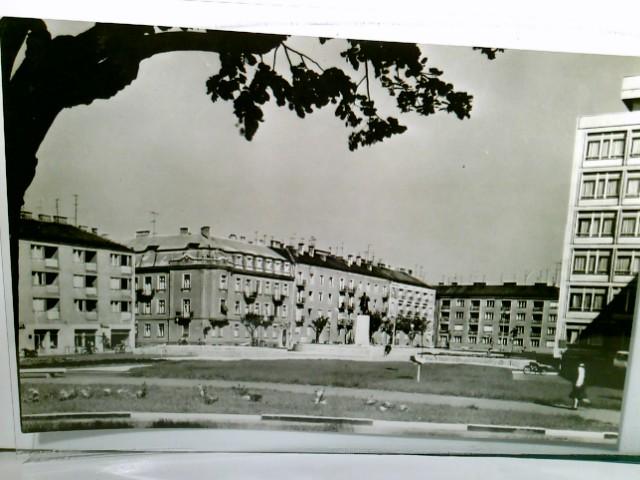 Szombathely. Március 15. tér. (15. März Platz). Ungarn. Alte AK s/w. Partie am Platz, Denkmal, Wohnhäuser