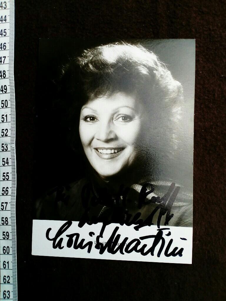 Autogrammkarte (ECHT FOTO) mit eigenhändiger Unterschrift und Widmung. In den 1950er Jahren war sie Mitglied der heute als Namenloses Ensemble bekannten Kabarettgruppe, der auch Gerhard Bronner, Helmut Qualtinger, Carl Merz, Peter Wehle, Georg Kreisler un