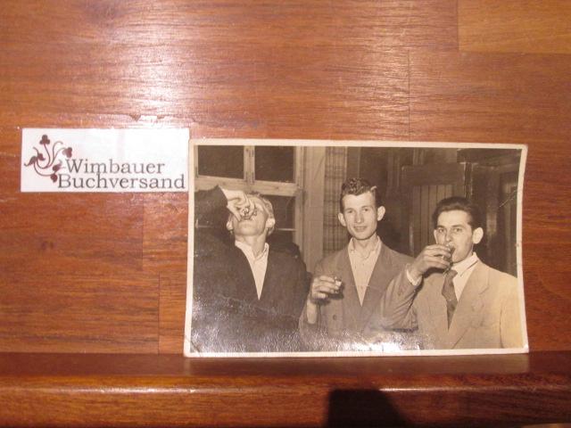 Echtphoto cirka 1930er Jahre: 3 Junge Männer trinken Schnaps