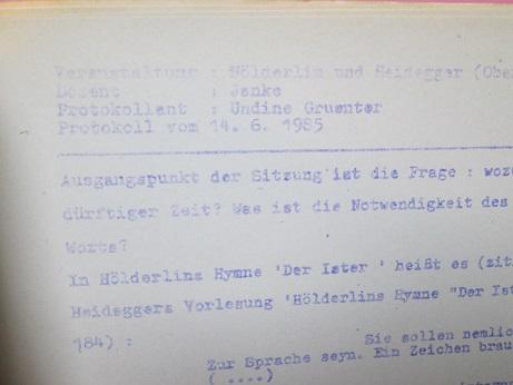 """Mappe mit Protokollen von Undine Gruenter und weiteren zu Jankes Oberseminar """"Hölderlin und Heidegger"""", Sommersemester 1985"""