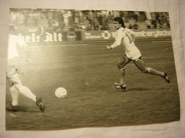 Echtphoto eines Fussballers im Spiel