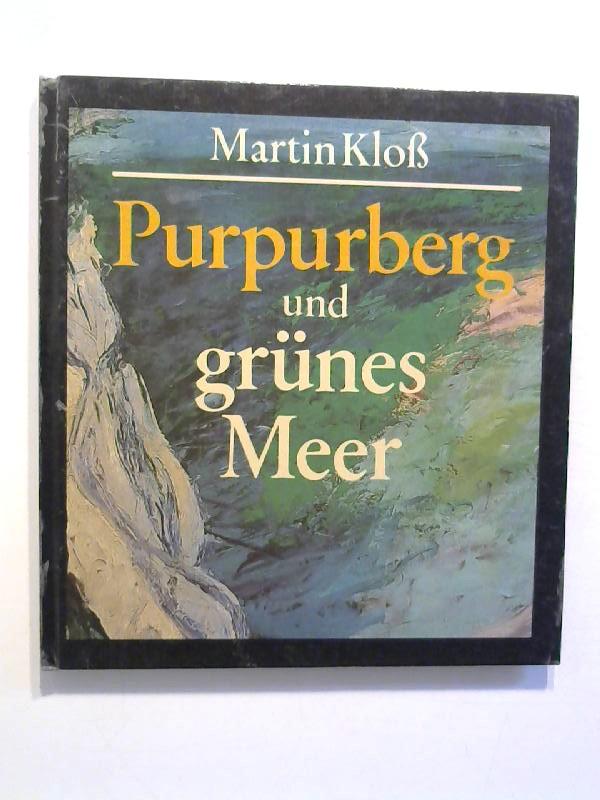 Purpurberg und grünes Meer.