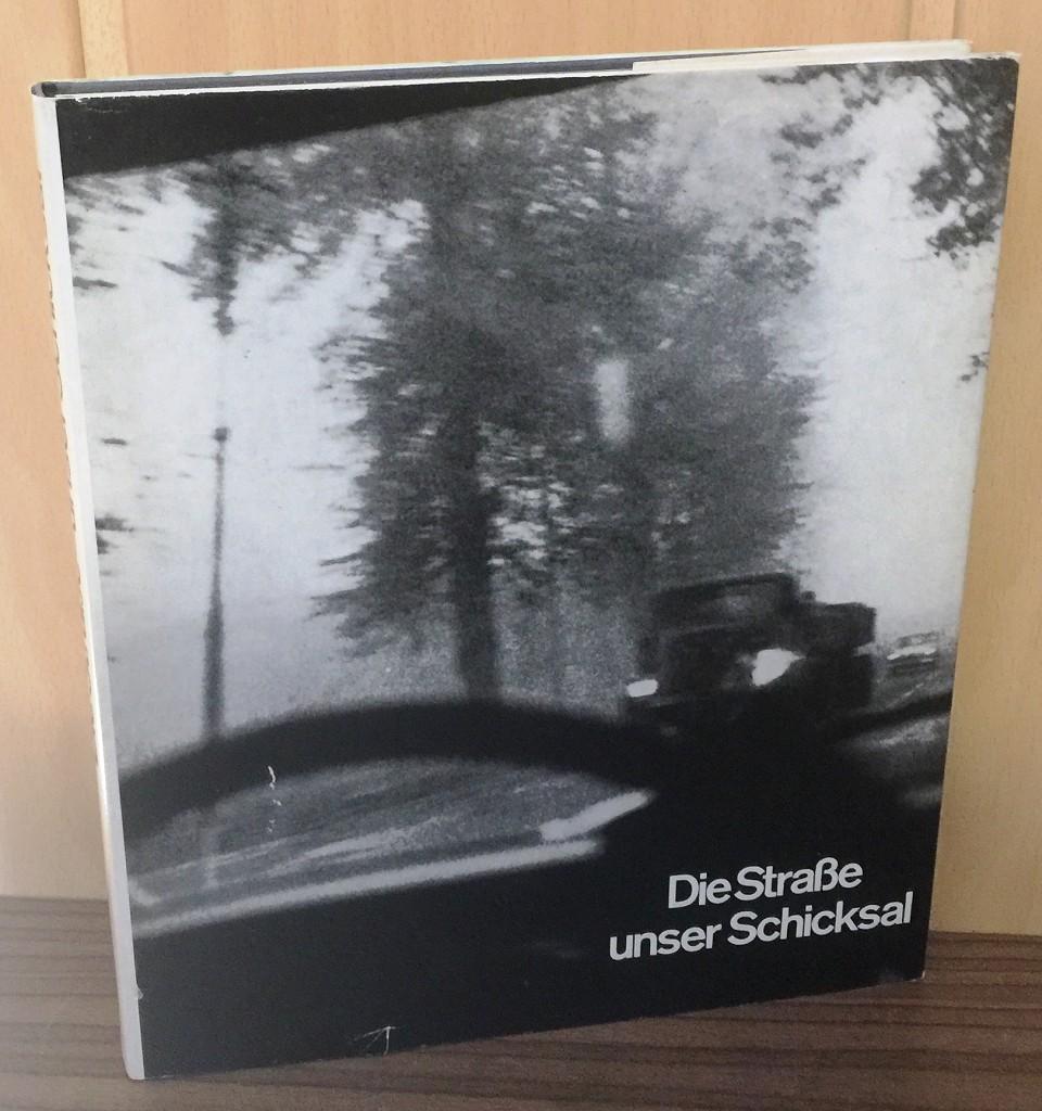 Die Strasse - unser Schicksal : Eine Bilddokumentation über Strassenbau und Strassenverkehr. 1. - 29. Tsd.,