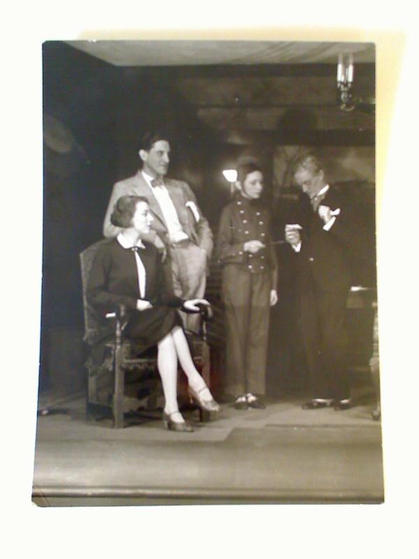 Szenenfoto : rückseitig betitelt: LIEBHABER u. die Namen der Schauspieler Albrecht Schoenhals u. Anneliese Born. - (Original-Foto)