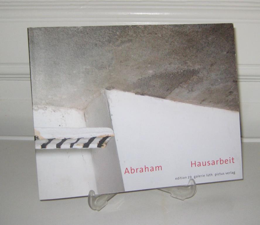 Abraham. Hausarbeit. (Von der Künstlerin signiert). [Edition Galerie Lüth; Bd. 29]. Originalausgabe in einer nummerierten und von Kerstin Abraham signierten Auflage von 1000 Exemplaren. Nummer 560.