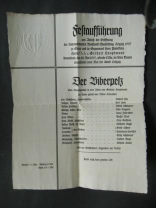 Der Biberpelz. Festaufführung aus Anlaß der Eröffnung der Internationalen Buchkunst-Ausstellung Leipzig 1927 zu Ehren und in Gegenwart ihres Protektors Herrn Dr.h.c. Gerhart Hauptmann. [Einladung.] Erste/1./ Auflage.