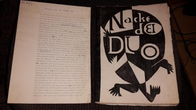 Nackedei Duo (Linolschnitte) und Manuskript von Peter Härtling zum Thema: Variationen über das Nackedei Duo (5 S.)