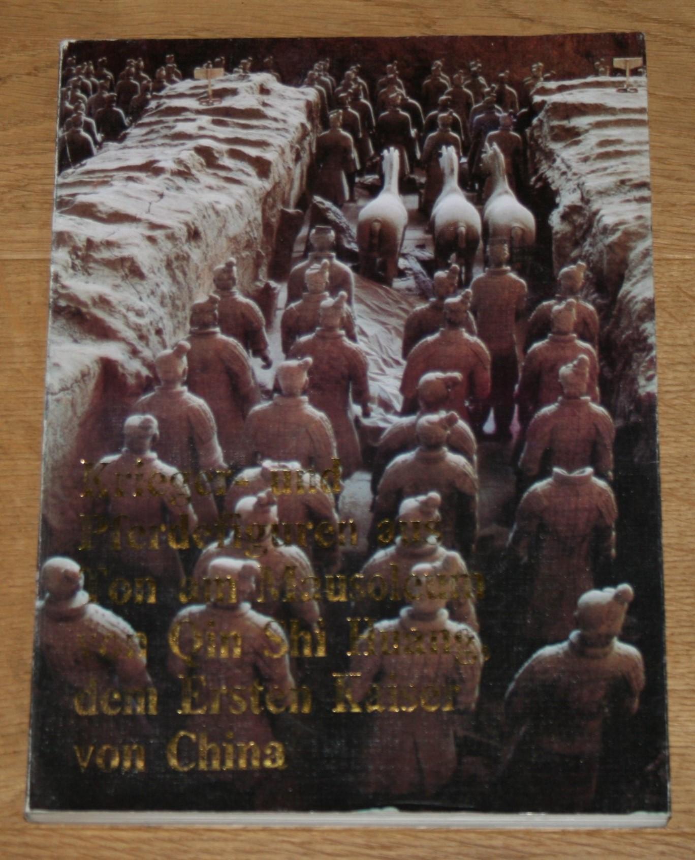 KRIEGER- UND PFERDEFIGUREN aus Ton am Mausoleum von Qin Shi Huang, dem Ersten Kaiser von China. Verfaßt von der Archäologischen Gruppe für die Ausgrabung von Tonfiguren am Qin Shi Huang-Mausoleum und dem Museum der Tonfiguren von Kriegern und Pferden aus der Qin-Dynastie. Erste Auflage,