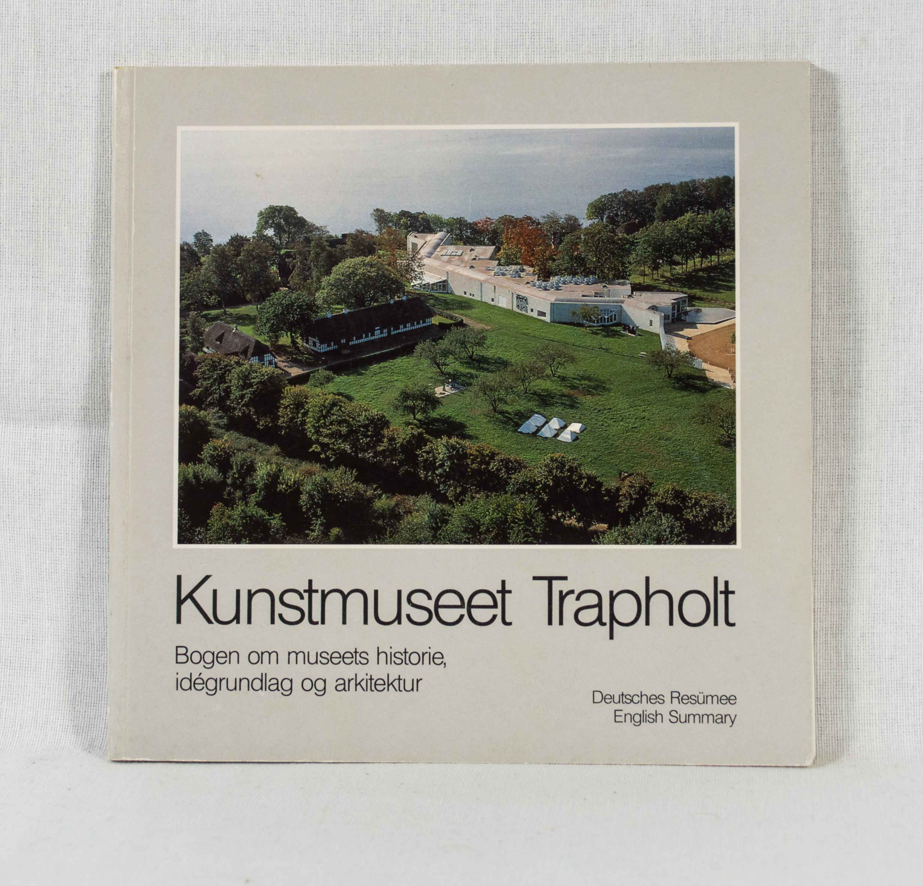 Kunstmuseet Trapholt: Bogen om museets historie, idégrundlag og arkitektur. Deutsches Resümee / English Summary. 2. udgave.