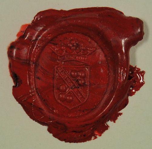 Wappensiegel des Hauses Hegedus. Wappen schräggeteilt durch schmalen Balken mit Inschrift; in jeder Hälfte ein Dreikugelblatt (Kleeblatt oder Wein), darüber verzierte Krone.