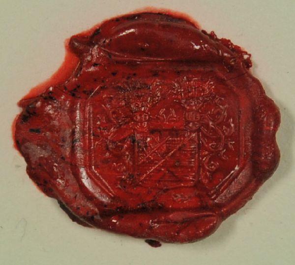 Ringsiegel. Allianzwappen des Hauses Hoffman mit dem Grafen v. Scheuchenstuhl. Wappen: schräggeteilt auf dem oberen Teil eine Doppelstreitaxt, auf dem unt. Teil drei Querbalken. Darüber die zwei Helme, reich geschmückt.