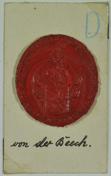 Wappensiegel mit Inschrift: VON DER BEECK`SCHE GERICHTE ZU DALLWITZ MIT DÖBRITZGEN. Wappen mit einem Löwen auf vier Querbalken. Über dem Helm ein Löwe. eine Fahne haltend.