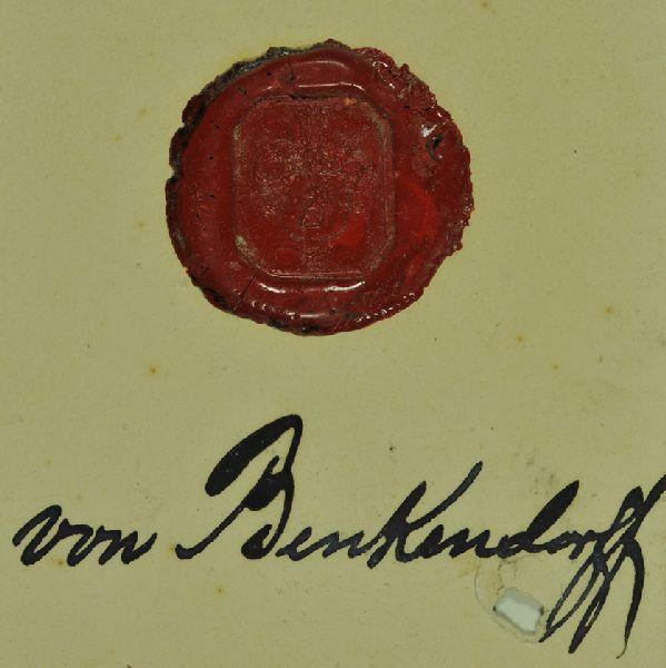 Wappensiegel des Hauses Benkendorff. Wappen: Ziegenkopf, darunter ein Kreuz, darüber ein reichgeschmückter Helm.