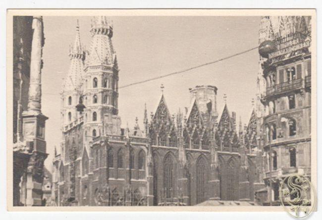 [Stephansdom, nach dem Brand am 11. April 1945, mit fehlendem Dachstuhl und ausgebranntem Glockenturm].
