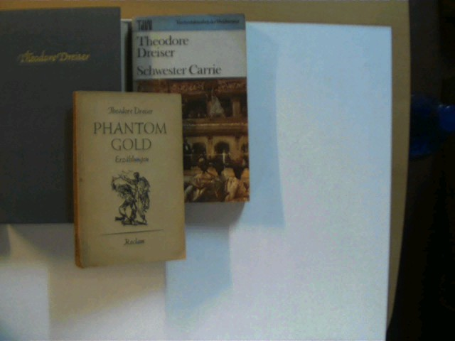 """Sammlung von 3 Bücher des amerikanischen Autors Theodore Dreiser: 1. """"Phantom Gold"""" (1962) / 2. """"Schwester Carrie"""" (1980) / 3. """"Eine amerikanische Tragödie"""" (1965), , Konvolut, Bücherpaket, , Konvolut Bücherpaket, Romane, Erzählung, 1x 1. und 2x 3. Auflage, beim 1. Buch ist der Deckel ca. 1,5 cm eingerissen, beim 2. Buch sind die Buchecken/-kanten gering angestoßen, ansonsten gute Exemplare,"""