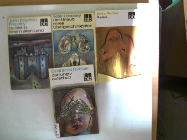 4 Bücher von englischen Autoren aus der Reihe: bb in dieser seltenen Sammlung: 1. Zahlungsaufschub (Cecil Scott Forester, Bandnr. mit einem Etikett überklebt), 2. Du bist in einem alten Land (J.B. Priestley, Band 422), 3. Der Urlaub eines Übergeschnappten (Peter Lovesey, Band 371), 4. Kessie (Joyce Marlow, Band 639), , Konvolut, Bücherpaket, , Konvolut Bücherpaket, Buchdeckel mit leichten Gebrauchsspuren, ein Buchschnitt leichten fleckig, ansonsten altersentsprechend gute Exemplare,