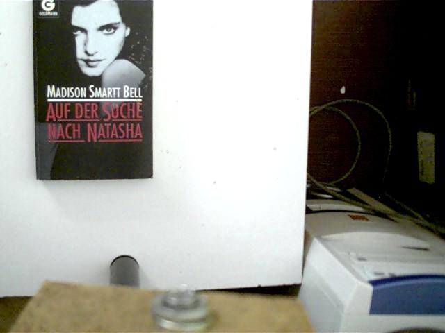 Auf der Suche nach Natasha, Roman, 1. Auflage, der Deckel ist etwas angeschmutzt, kleiner Aufkleber auf der Deckelrückseite, ansonsten gutes Exemplar,