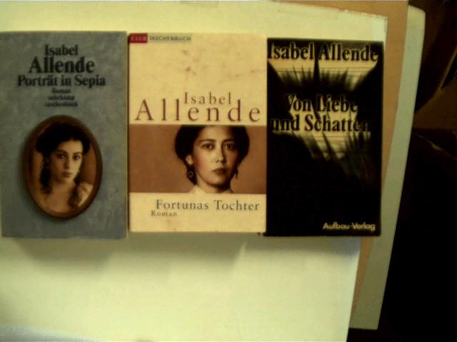 3 Bücher der Autorin Isabel Allende in dieser seltenen Sammlung: 1. Fortunas Tochter, 2. Porträt in Sepia, 3. Von Liebe und Schatten, , Konvolut Bücherpaket, einige leicte Gebrauchsspuren, Ecken leicht bestoßen, Seitenschnitt leicht angeschmutzt, bei einem Buch kl. Namenszug auf der Buchdeckelinnenseite, ansonsten gute Exemplare,